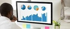 Condomínio e o síndico decidindo com gráficos e indicadores de desempenho